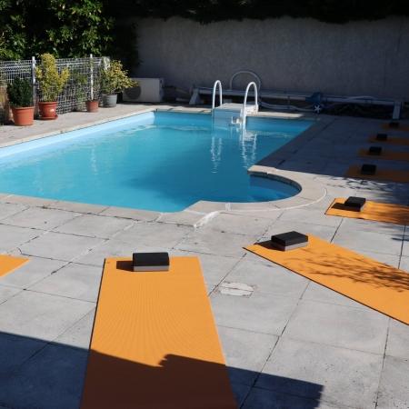 La piscine accueille 10 yogis
